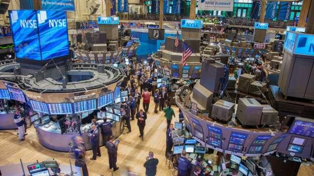 英特爾IBM下殺近10% 三大指數周線收紅 (圖片:AFP)