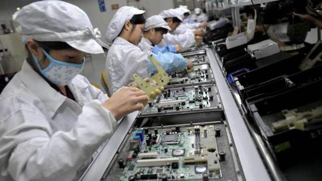 〈觀察〉筆電品牌加價搶料,工業電腦廠缺料情況加劇。(示意圖:AFP)