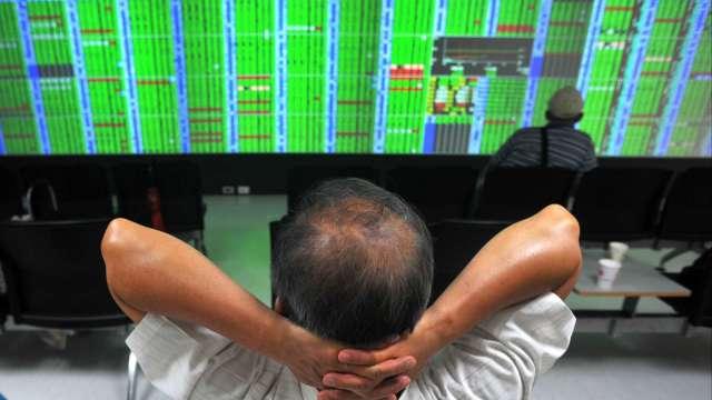 台股跌破萬六 外資提款逾200億元 三大法人土洋對作賣超154.43億元。(圖:AFP)