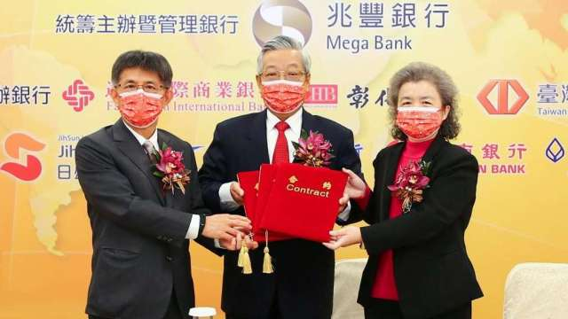 兆豐銀行董事長張兆順(中)、中租-KY董事長陳鳳龍(左)及柬埔寨子公司董事長鄭秀姿(右)共同換約。(圖:兆豐提供)