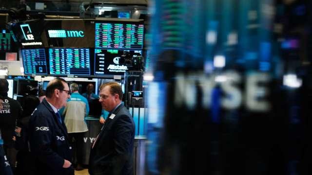 全球新冠確診破1億大關 GameStop瘋漲美股收黑。(圖片:AFP)