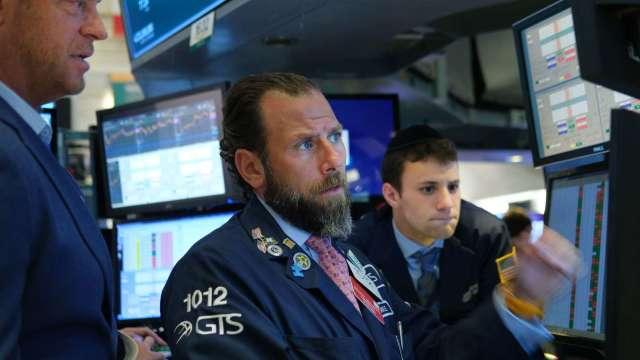 〈美股盤後〉Fed報憂恐慌指數飆 道瓊崩跌逾600點。(圖片:AFP)