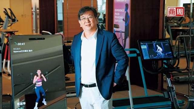 喬山總經理羅光廷秀出最新健身器材,健身魔鏡外觀像大型智慧型手機,內建相機還會拍照,讓使用者可上傳到社群軟體分享。(攝影者翁挺耀)
