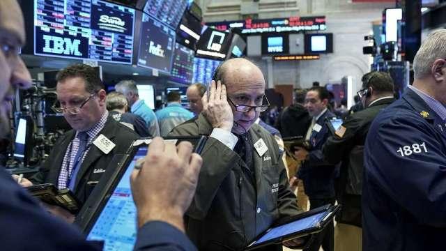 散戶對法人機構發起的逼空大戰引起股市大幅震盪。(圖:AFP)
