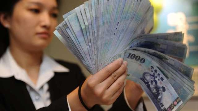 央行加重打炒匯 台幣仍升破28關卡一度衝上27.931元。(圖:AFP)