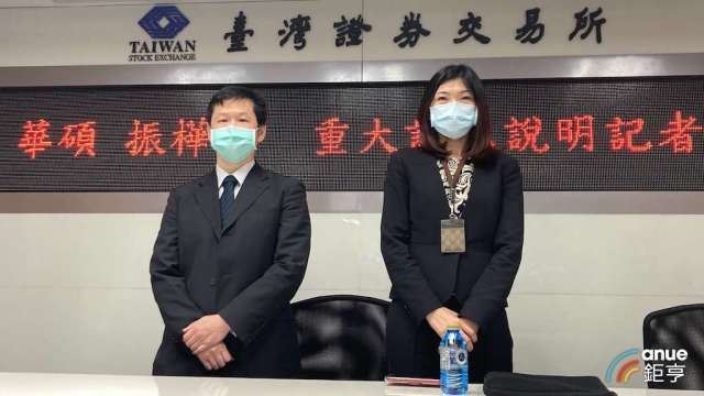 華碩財務長吳長榮(左)。(鉅亨網記者彭昱文攝)