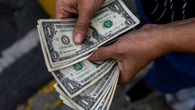 美國經濟前景向好 美元表現全然不像避險貨幣 (圖片:AFP)