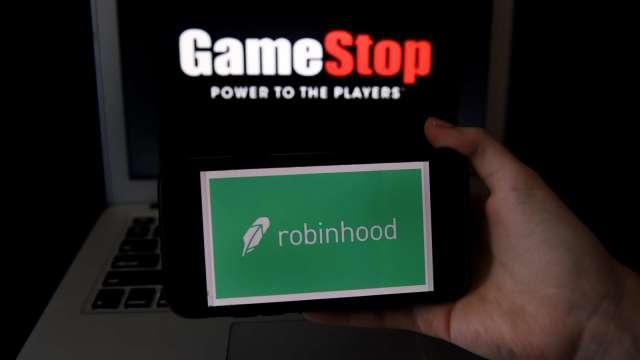 Robinhood解除所有交易限制 GameStop大舉反彈。(圖片:AFP)