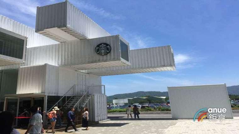 花蓮新天堂樂園的星巴克貨櫃屋咖啡。(鉅亨網記者張欽發攝)