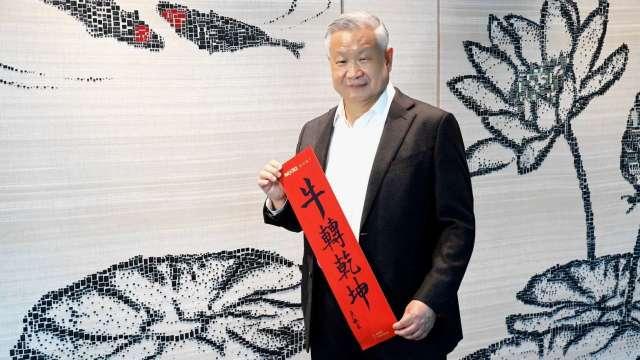 旺宏董事長吳敏求揮毫撰寫春聯。(圖:旺宏提供)