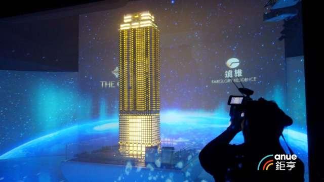 位於高雄亞灣區樓高達68樓的「THE ONE」,為高雄也是全台最高的豪宅大樓。(鉅亨網記者張欽發攝)