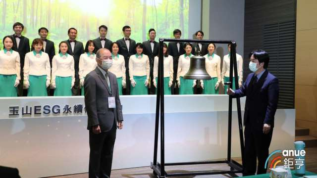 副總統賴清德(左)、玉山創辦人黃永仁(右)共同敲下希望之鐘,祈願台灣ESG永續發展的努力讓國際看得見。(鉅亨網記者陳蕙綾攝)