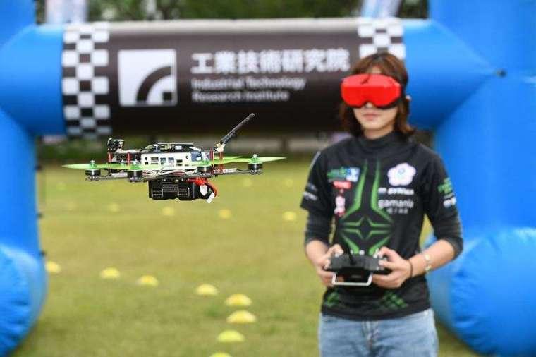 飛手不僅要穩健地操縱無人機,通過實體大型拱門與高環關卡,還要挑戰穿越從混合實境眼鏡中才看得見的虛擬障礙物。