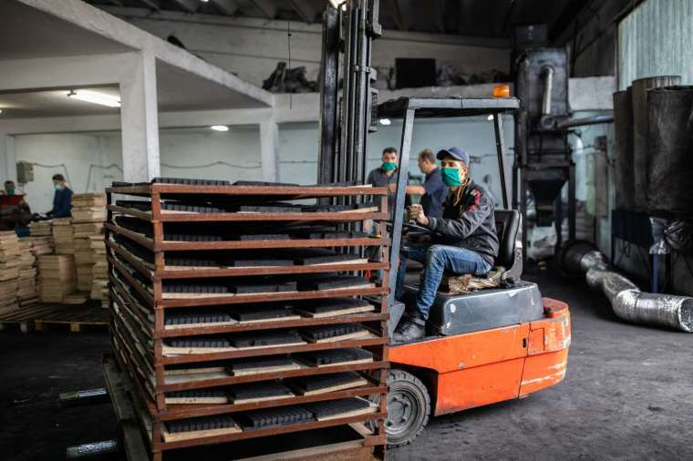 各國遠距工作、國際貿易的程度,都可能影響疫情傳播與經濟衝擊。台灣由於製造業占比多,在遠距工作的可行性排行上算是中等國家。 圖│iStock