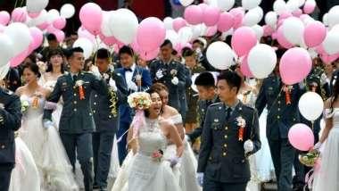 疫情衝擊 國內去年結婚數降至12.1萬對 創近10年新低。(圖:AFP)