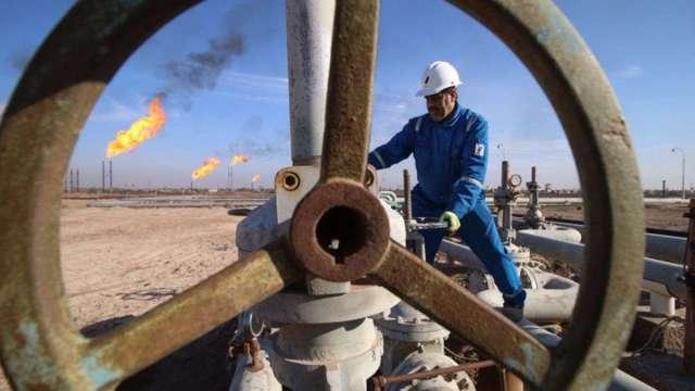 高盛上修WTI預估、美元指數跌破90 油價續揚 (圖:AFP)