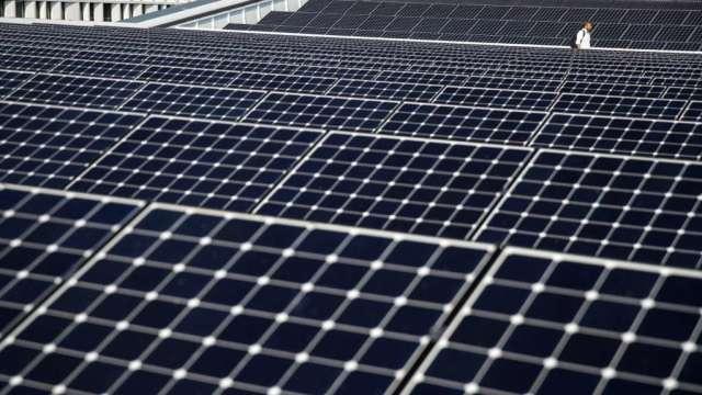 推動屋頂型太陽光電發展,經部2025年目標容量上修至8GW。(圖:AFP)