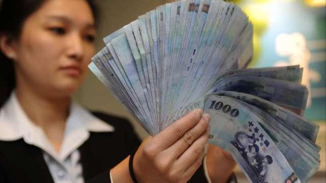 資金行情燒 台幣一度衝上27.8字頭 收28.302元創逾23年半新高。(圖:AFP)
