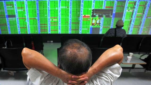 台股跌230點回測10日線 外資狂砍239億元。(圖:AFP)