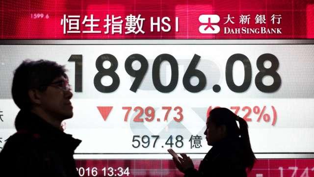 港府突然宣布上調股票印花稅30% 恆生崩跌逾千點(圖片:AFP)