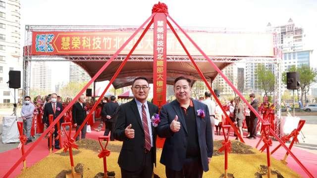 左起為慧榮科技董事長周邦基、總經理苟嘉章。(圖:慧榮提供)