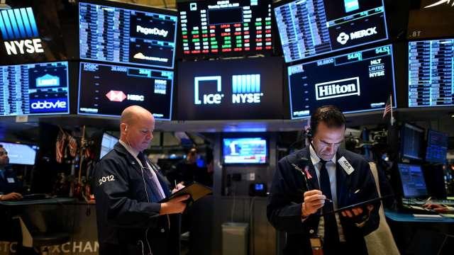 〈美股早盤〉美股開低震盪 GameStop、Koss等散戶愛股續飆高 (圖:AFP)