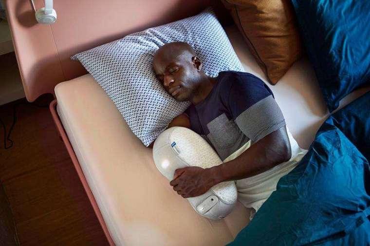 Somnox 推出世界上第一個「睡眠機器人」,渾圓可愛的外型,就像小時候抱著入睡的娃娃,內建感測器能引導使用者調節呼吸,漸漸與機器人的呼吸聲同步。(Somnox 提供)