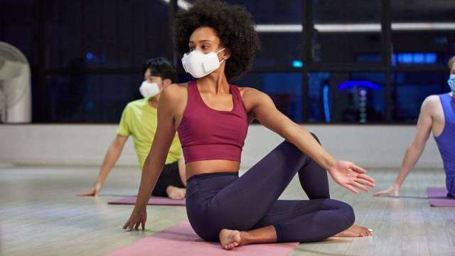LG推出PuriCare「口罩型空氣清淨機」,除了能過濾懸浮微粒,同時擁有專利的呼吸感測技術。(LG提供)