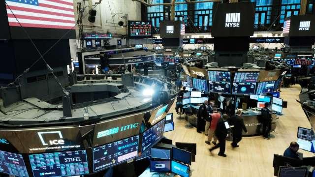 〈美股盤後〉逢低搶買科技股 道瓊瘋狂波動後收黑逾460點。(圖片:AFP)