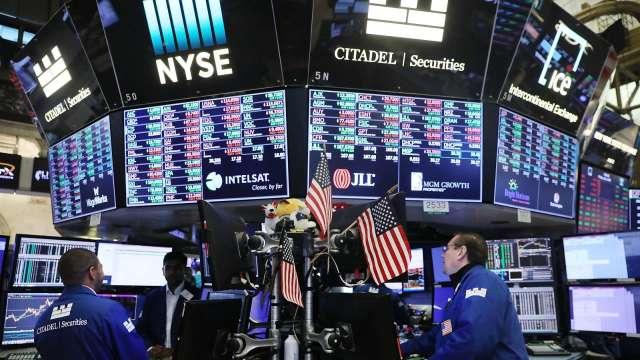 美債殖利率攀升,全球股市面臨高檔下挫危機。(圖:AFP)