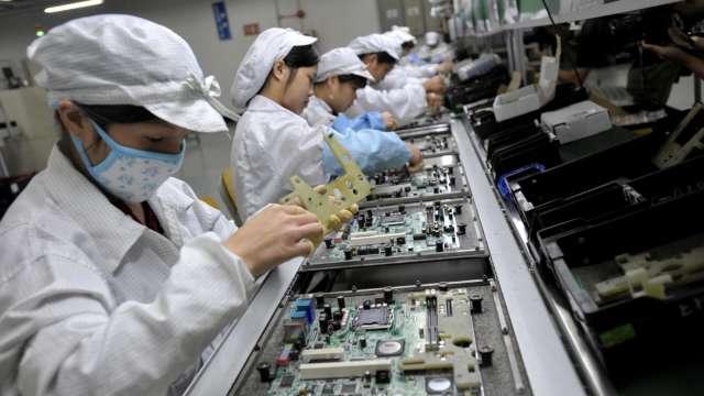 〈觀察〉中國基本工資調漲,電子代工廠面臨隱性成本增加。(圖:AFP)