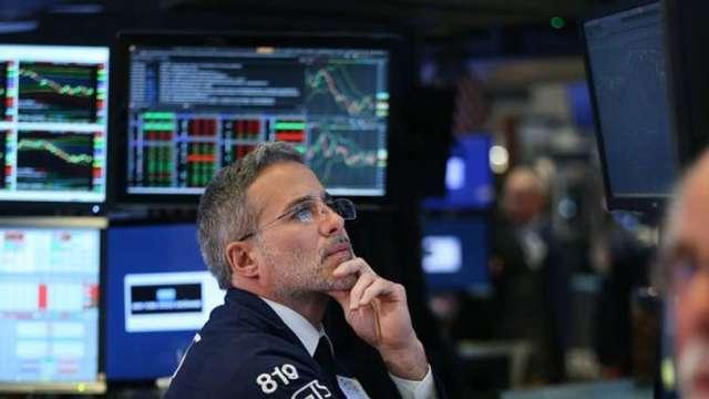 〈分析〉美股為何暴跌? (圖片:AFP)