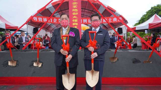 右為桃園市長鄭文燦、左為聲寶集團總裁陳盛沺。(圖:聲寶提供)