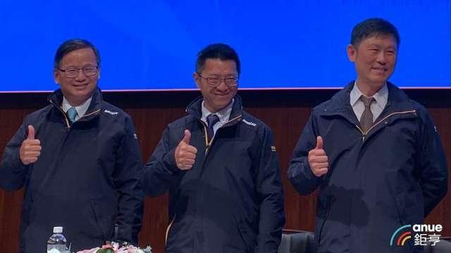 由左至右為群創總經理楊柱祥、董事長洪進揚、執行副總丁景隆。(鉅亨網記者劉韋廷攝)