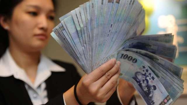 熱錢回流 台幣盤中續攻23年半新高。(圖:AFP)