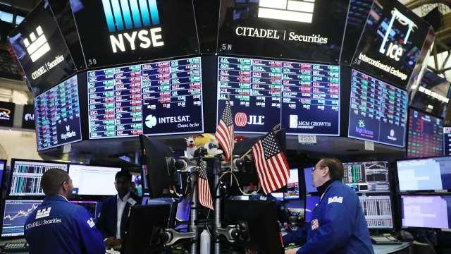 股市陷高檔拉回壓力 法人點名布局複合債分散風險。(圖:AFP)