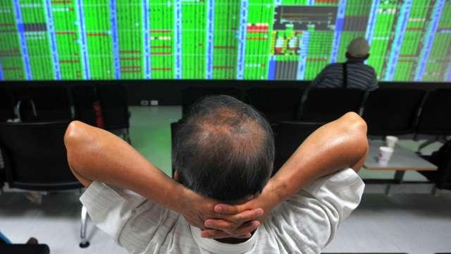 〈台股盤中〉電子權值成殺盤重心大跌近300點 失守月線支撐。(圖:AFP)