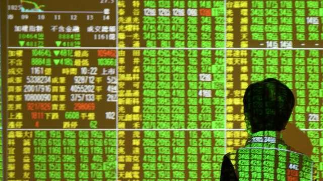 台股崩跌305點 外資大舉提款525億元。(圖片:AFP)