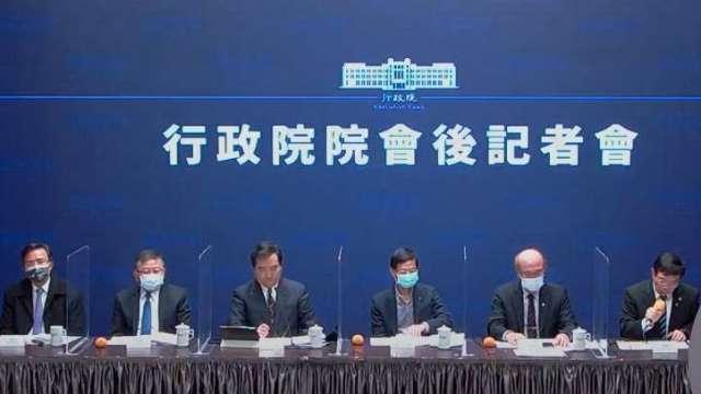 行政院政務委員林萬億(右3)。(圖:行政院會後記者會直播)