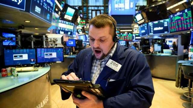 股市動盪時離場?新一代散戶作風迥異 反大舉加碼投入資金(圖:AFP)