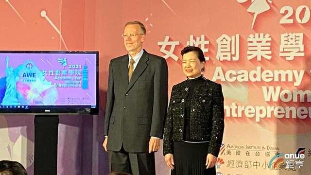 經濟部長王美花(右)、美國在台協會處長酈英傑(左)。(鉅亨網記者劉韋廷攝)