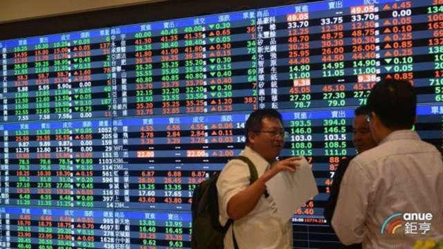 台股翻紅守住15800點 外資連4賣 三大法人賣超20.68億元。(鉅亨網資料照)