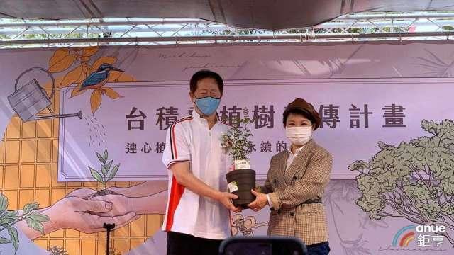 左起為台積電董事長劉德音、台中市長盧秀燕。(鉅亨網記者林薏茹攝)