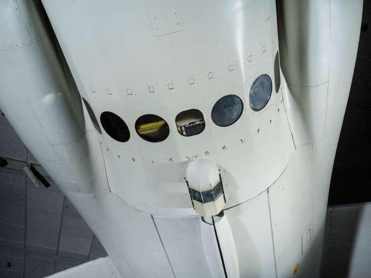 U-2 偵察機機腹下方有 7 個攝影窗,可以拍攝不同角度的照片。 圖│廖泫銘先生提供