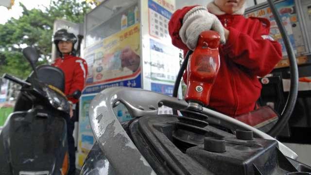 國內汽、柴油價 明起各調漲0.3元及0.2元。(圖:AFP)