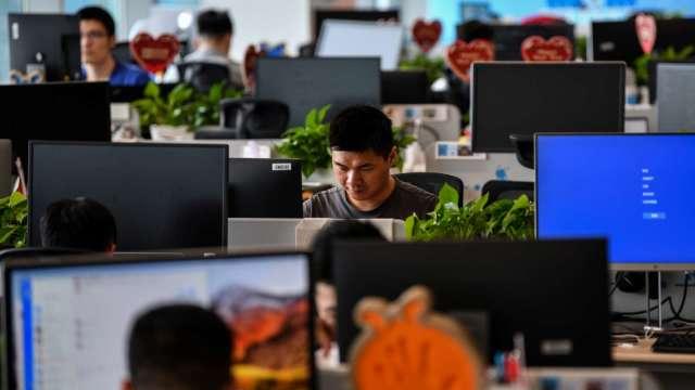 近73%企業Q2開缺搶才 資訊、營建、金融需求最強勁。(圖:AFP)