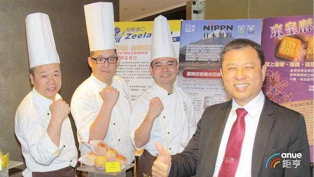 德麥總經理(右一)總經理吳文欽。(鉅亨網記者張欽發攝)