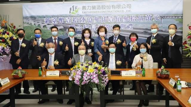 台中銀行總經理賈德威(前排左三)與義力營造公司董事長劉進輝(前排右三)及參貸銀行代表共同簽署聯貸合約。(圖:台中銀行提供)