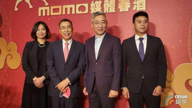 富邦媒董事長林啟峰(左2)和總經理谷元宏(右2)。(鉅亨網記者王莞甯攝)