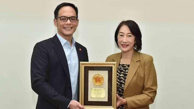 圖右為臺大周家蓓副校長,左為台灣大總經理林之晨。(圖:台灣大提供)